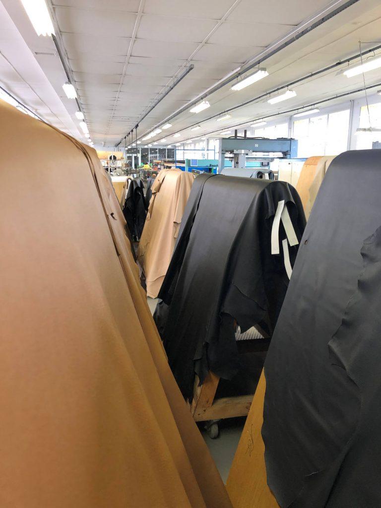 Les peaux les plus grandes sont conservées sur chevalets