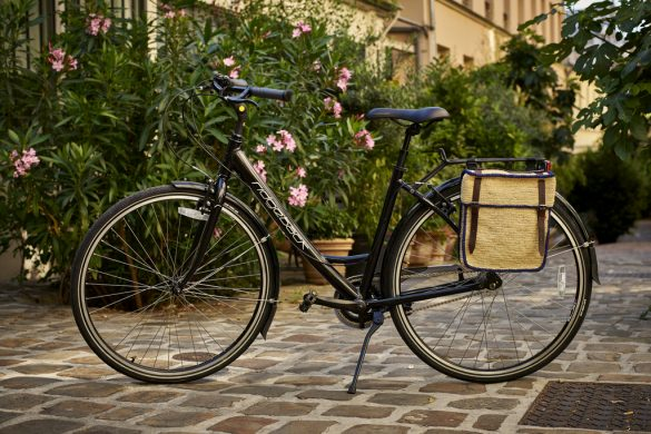 Des sacoches en raphia pour habiller son vélo