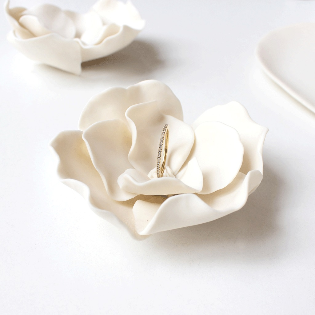 Offrez une bague précieuse dans un écrin floral en porcelaine